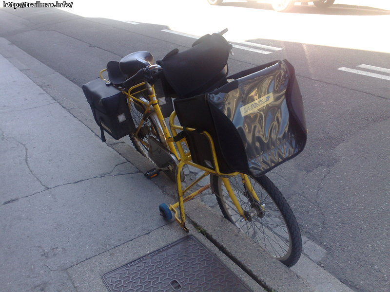 Французские почтальоны на таких велосипеда развозят почту по альпийским деревушкам. Обратите внимание на специальные колески-подпорки - они там специально для того, чтобы вел можно было опереть на бордюр.. и эти колески вмонтированны в раму - их снять нельзя -)